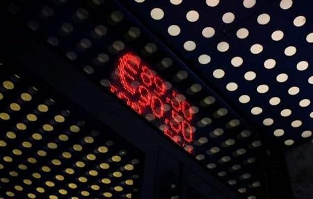 Табло с котировками валют в Москве, Россия 7 сентября 2020 года. REUTERS/Maxim Shemetov