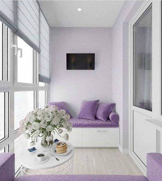Балкон с лавандовыми диванчиками. | Фото: Design-homes.ru.