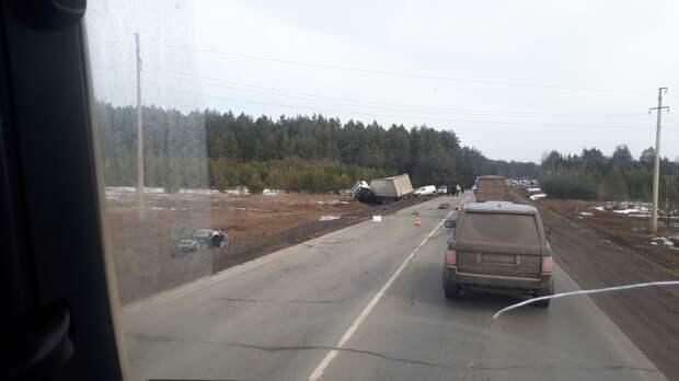 Четыре легковушки и грузовик столкнулись на трассе в Удмуртии: один человек погиб