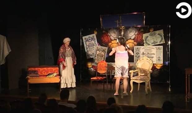 Артисты театральной студии для незрячих людей показали постановку «Банкрот»