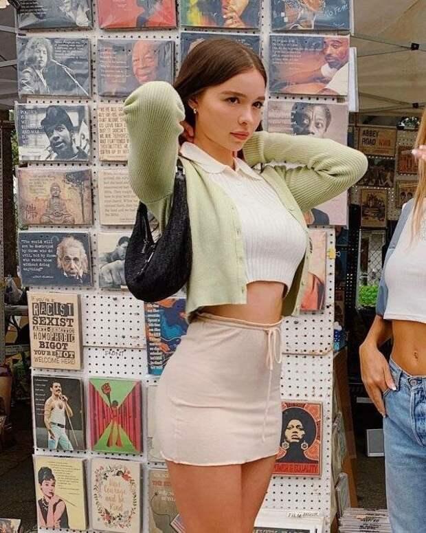 Девушки в мини-юбках