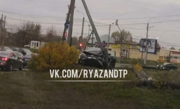 На улице Бирюзова в Рязани Hyundai Creta врезалась в столб