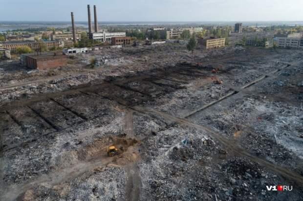 Четыре экскаватора пытаются расчистить заваленную кирпичами огромную территорию некогда Тракторного завода