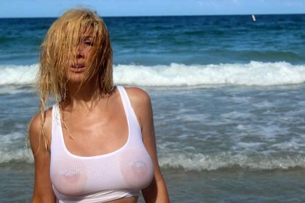 Нади Волянова в мокрой майке