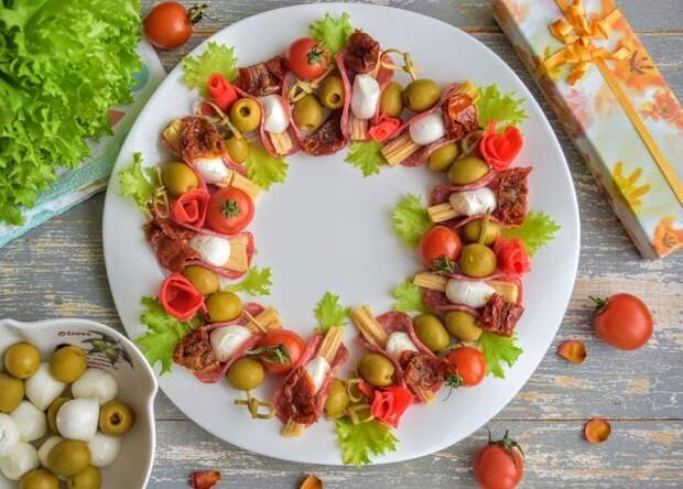 Фото к рецепту: Закусочная тарелка  праздничная