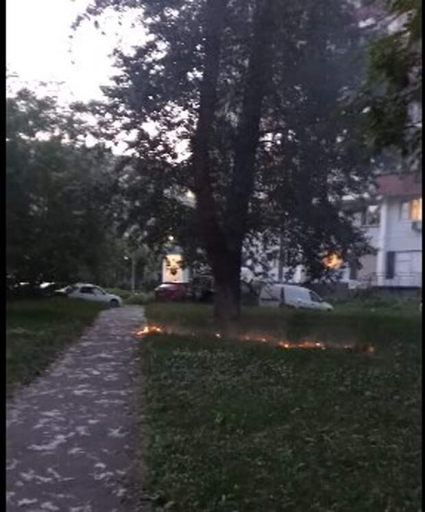 От окурка в Лефортове образовалась «огненная дорожка»