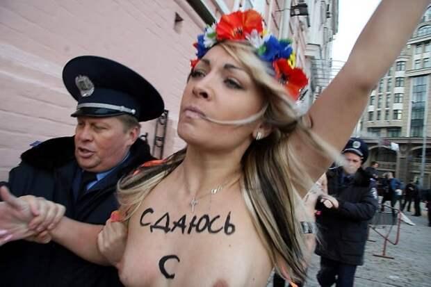 Активистка Femen стала символом Франции
