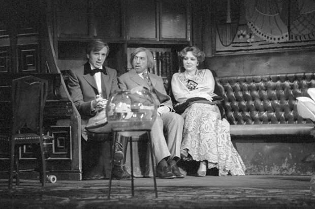 Заслуженные артисты РСФСР Евгений Стеблов (слева), Сергей Юрский (в центре) и Наталья Тенякова (справа) в сцене из спектакля «Гедда Габлер». 1984 г.