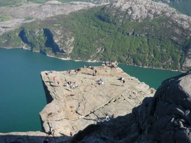 На вершине скалы Прекестулен. Фото