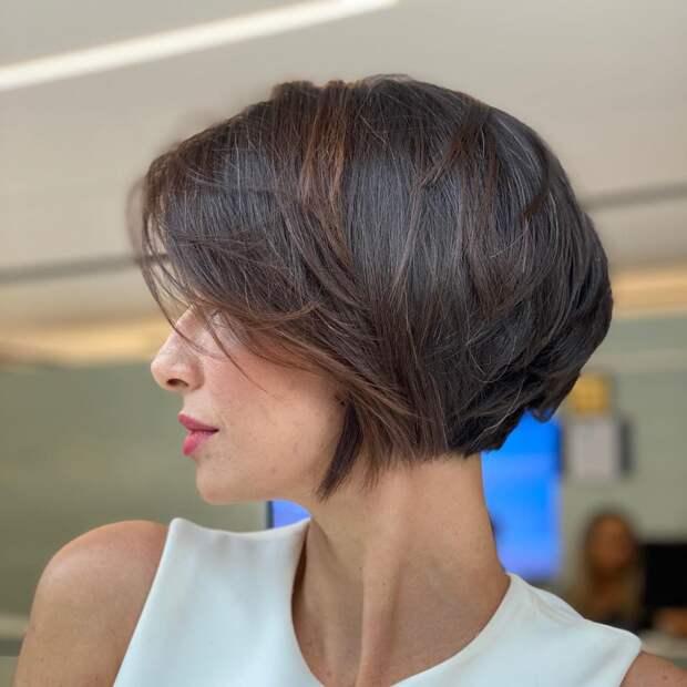 Короткое градуированное каре для дам 40- 50 лет: 12 стильных идей 2021