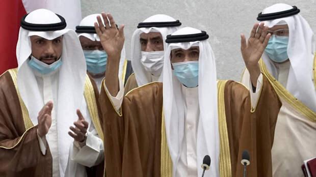 Новый эмир Кувейта Наваф аль-Ахмед аль-Джабер ас-Сабах (в центре)