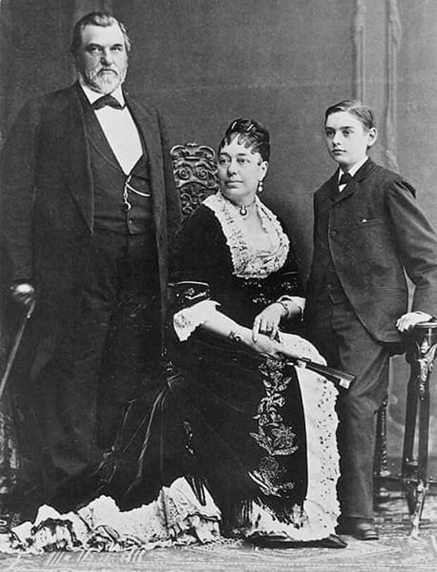 На изображении может находиться: 3 человека, люди стоят, обувь и свадьба
