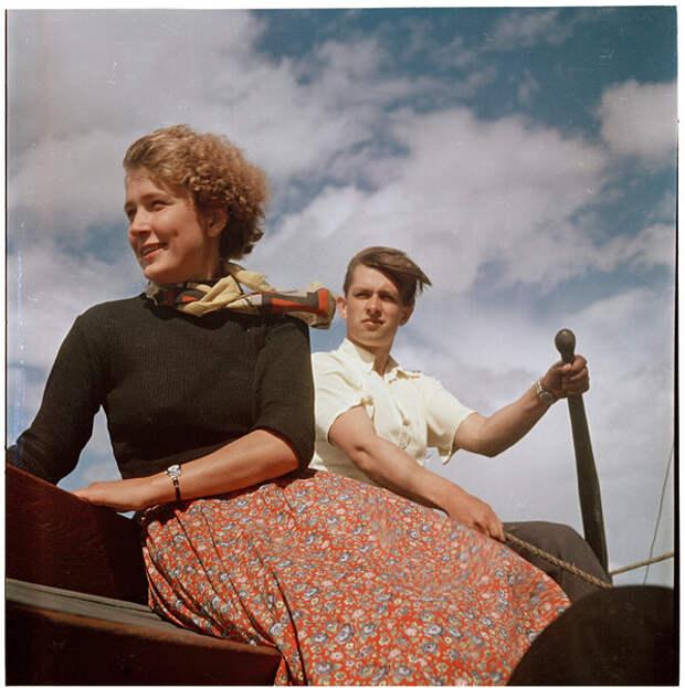 Советская молодежь. Идут на лодке под парусом. Эх, романтика!