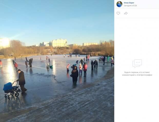 Жители района проверили тольщину льда Пенягинского пруда