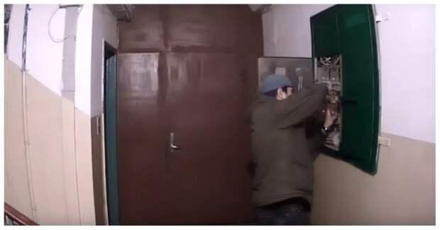 Вора электрических счетчиков поймали с поличным Видеонаблюдение, видео, вор, дом, задержание, кража, счетчик, электросчетчик