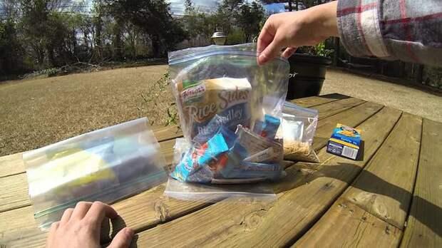 Пластиковые пакеты в походе точно пригодятся.
