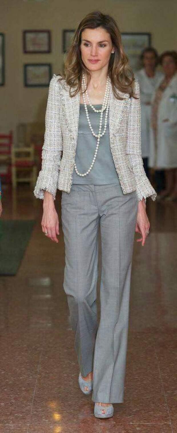 Красота и изысканность: модные образы с твидовом жакетом