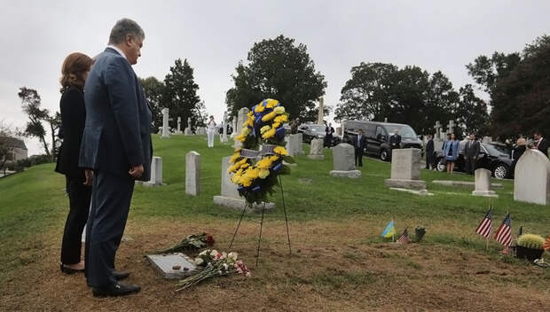 """""""Герой украинского народа"""": Порошенко встал на колени у могилы Маккейна"""