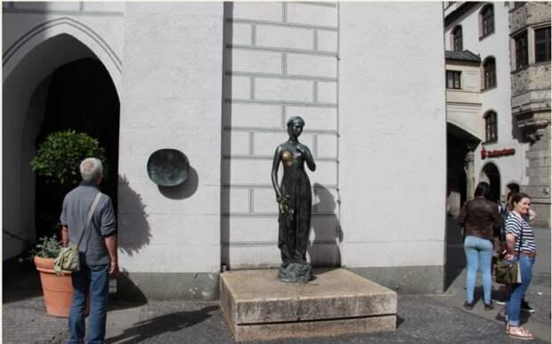 Немцы перессорились из-за голой груди Джульетты