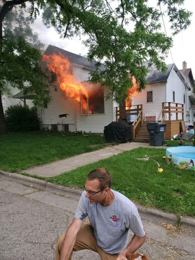 Чувак спас собаку из горящего дома, а про кота забыл. Теперь он стал мемом