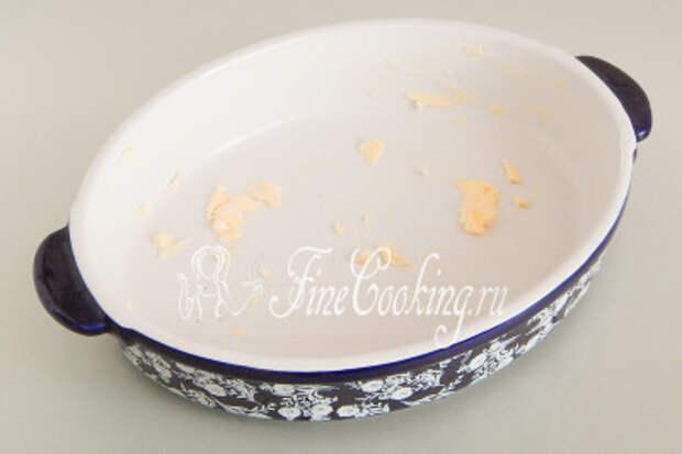 Берем подходящую по объему форму для запекания и щедро смазываем ее мягким сливочным маслом (30 граммов)
