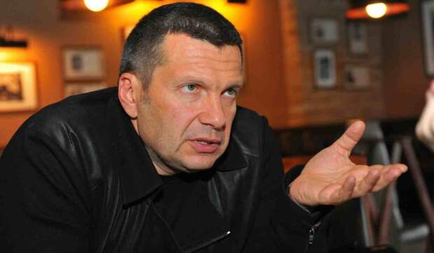 Пенсионеру стало плохо: врач советует не смотреть передачи Владимира Соловьева