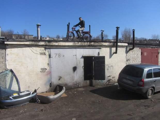 Социальный эксперимент: Затащил мопед на крышу гаража, чтобы посмотреть, через сколько дней его украдут