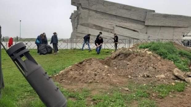 Керченские студенты убрали территорию возле Аджимушкайских каменоломен