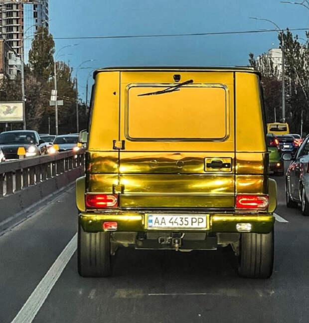 В Украине заметили полностью золотой Гелендваген