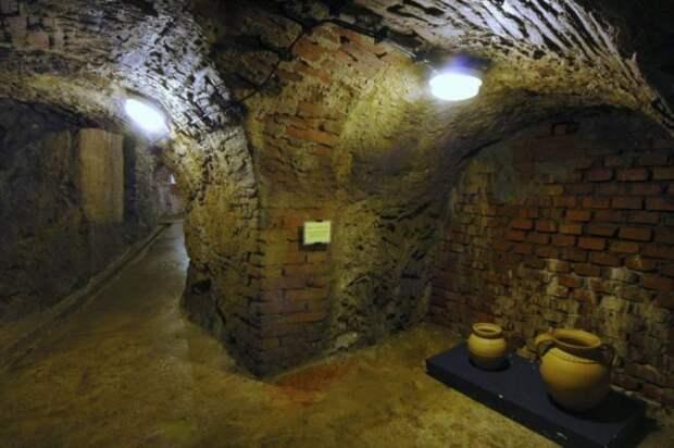 В таких кувшинах в Средневековье хранили вино в лабиринте. /Фото: tour2go.ru
