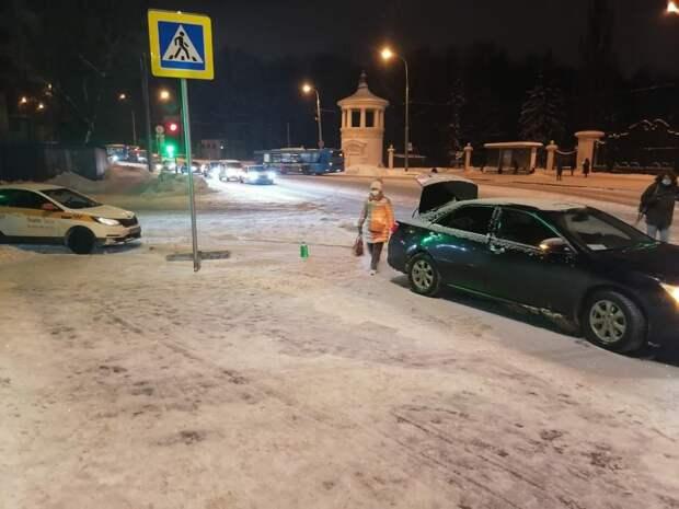 В Марфине автомобиль такси врезался в легковушку