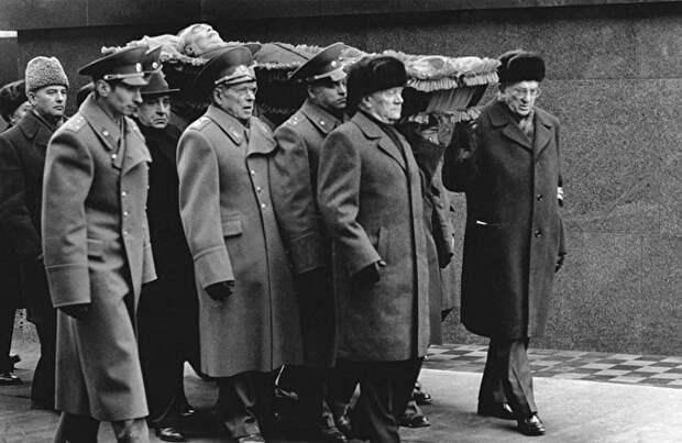 """Похороны Леонида Брежнева положили начало быстрой смене старых генсеков. В народе это зло прозвали """"гонкой на лафетах"""""""