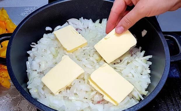 Сливочное мясо казане: выкладываем на дно луковую подушку и масло. Аромат мяса слышно на улице