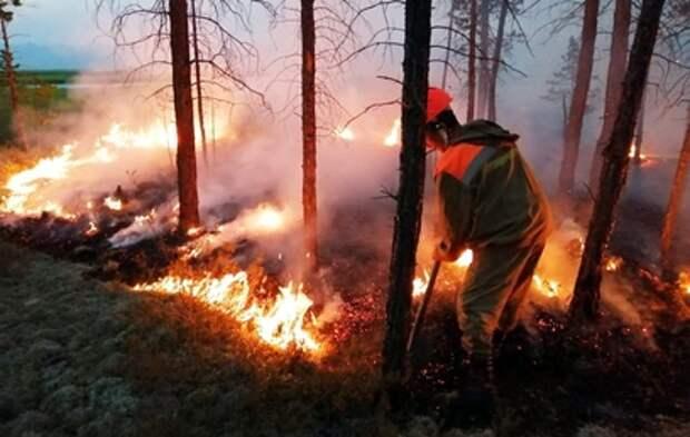 Жители села в Якутии спасались от пожаров на лодках (видео)
