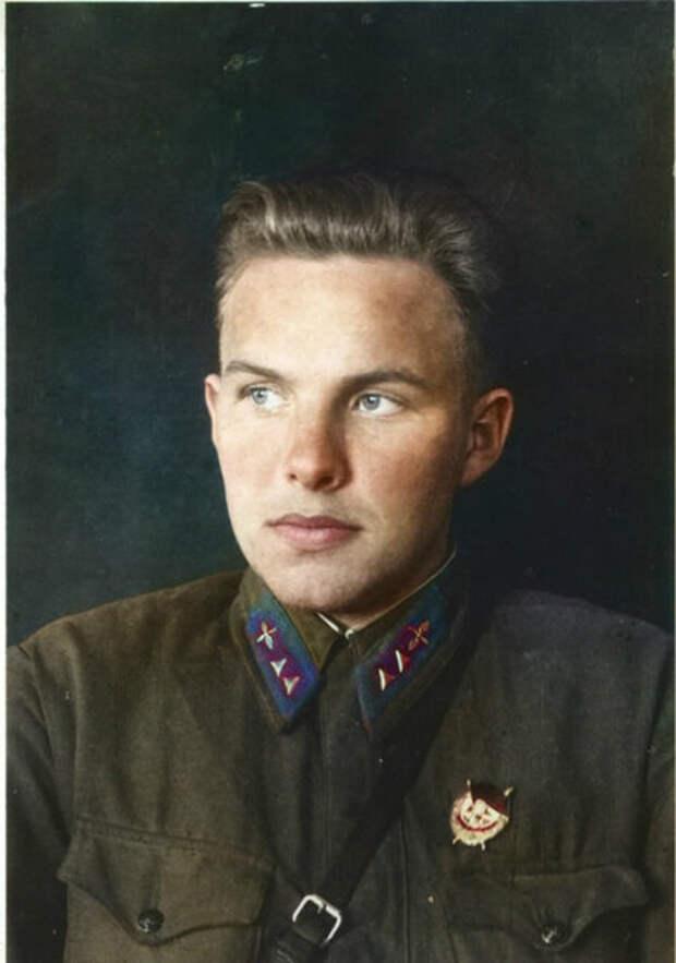 Бобров Николай Александрович — воздушный стрелок-радист 44-го отдельного скоростного бомбардировочного авиационного полка Ленинградского фронта, старший сержант.