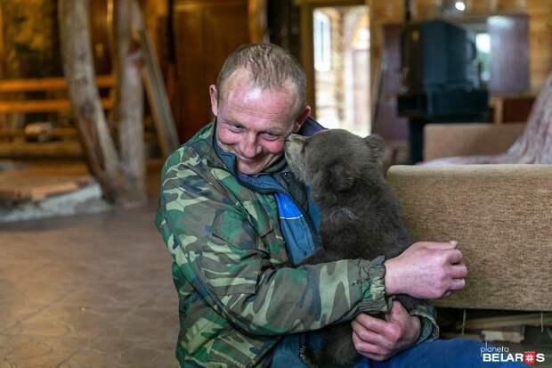 Мужчина спас маленького медвежонка, и малыш теперь живет с ним на ферме