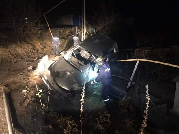 В Судаке легковушка ночью сбила опору газопровода и повисла на трубе
