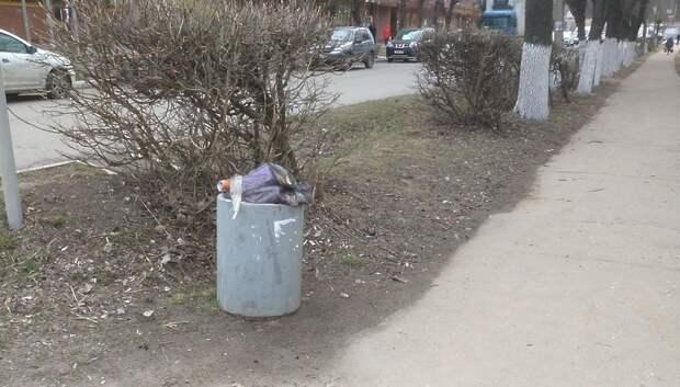Подольчанин пожаловался на плохую уборку мусора из урн на улице Горького