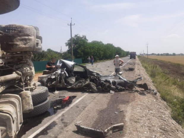 Чудом выжил: В Черноморском районе легковушка жёстко столкнулась с грузовиком