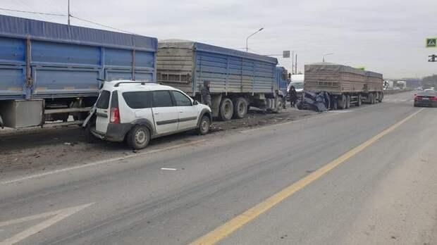 Массовая авария сдвумя «КамАЗами» произошла вРостовской области