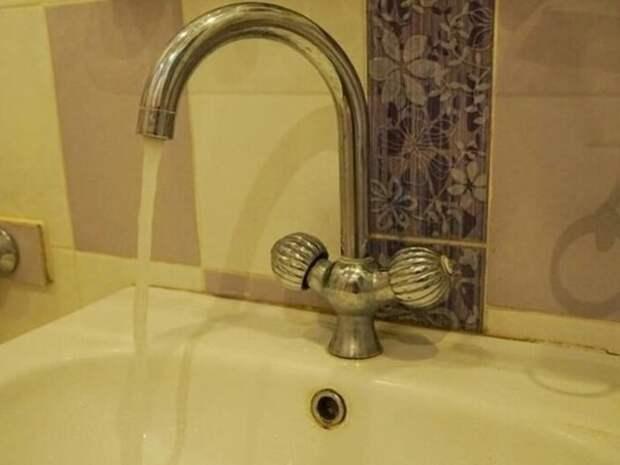 Холодную воду отключили в 74 жилых домах в районе Острова в Чите