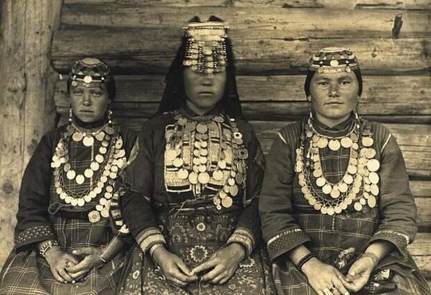 Молодушка - молодая замужняя женщина, и две девушки в праздничных костюмах. Неизвестный автор, 1900–1905 год, Вятская губ., Кунсткамера.