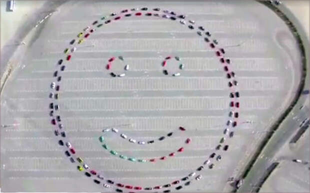 Такие милые: полиция Дубая сделала гигантский смайлик из машин