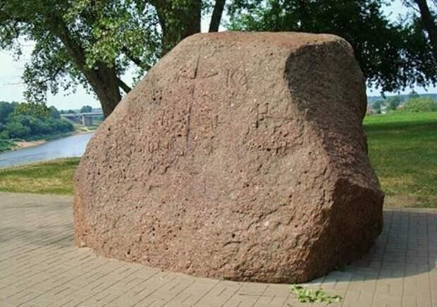 Борисов камень с надписями XII века.