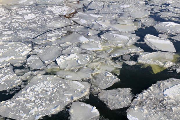 Подростков унесло течением на отколовшейся льдине во время свидания