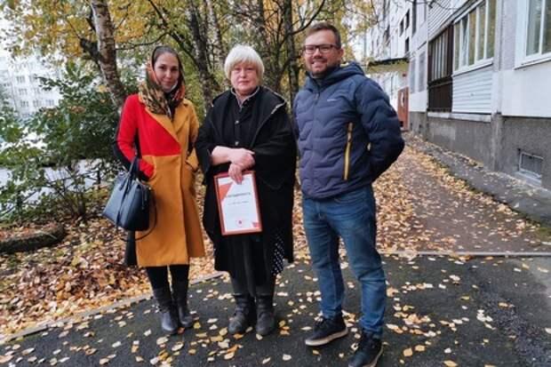 Петербурженка передала плитку для восстановления «Морского дна»