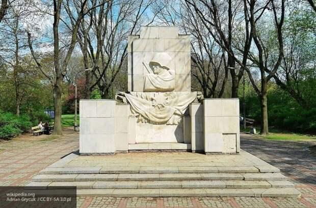 Историк назвал упущенный Россией момент спасти советские памятники в Польше