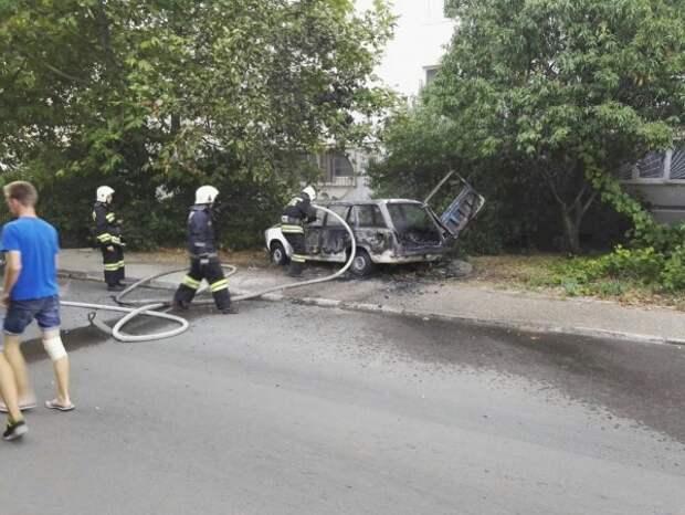 В Севастополе посреди улицы подожгли ВАЗ (ФОТО, ВИДЕО)