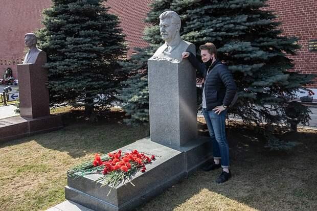 В первый день работы Мавзолея Ленина к вождю шли на поклон молодожены и несли цветы