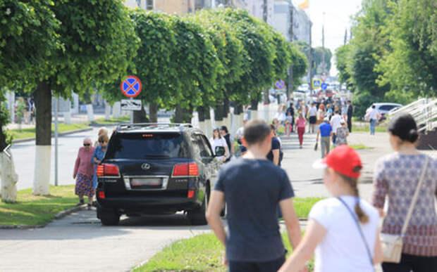 Ведущий «Поля чудес» проехал по тротуару в Чебоксарах